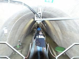 Hier folgen wir den Rohren. Links und Rechts ist eine Möglichkeit zum öffnen und einsteigen.
